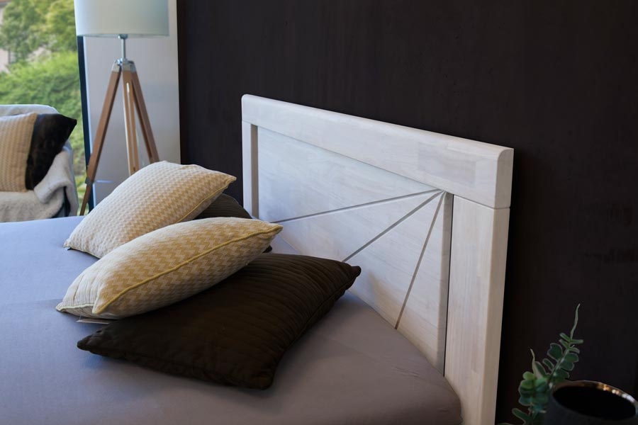 Masivní postel SALERNO Vám nabídne zajímavý design, zaoblené hrany a díky široké škále povrchových úprav tónovanými oleji. Možnost barevných kombinací celé postele, nočních stolků i komod.