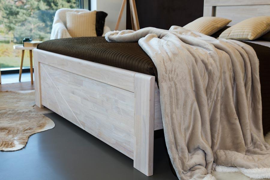Masivní postel z dubu SALERNO nabízí zajímavou možnost barevných kombinací celé postele i nočních stolků.