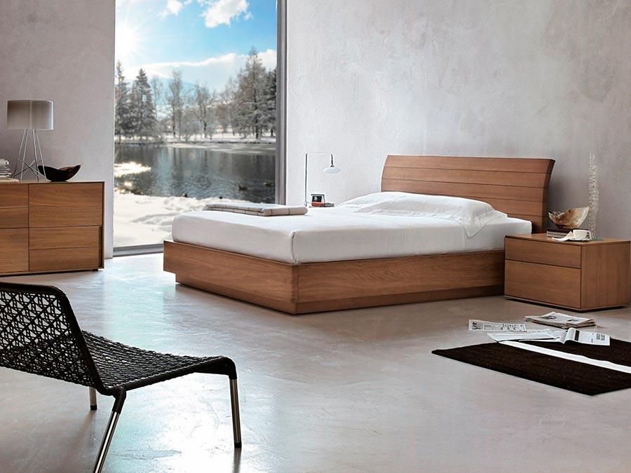 Manželská postel z dubu STORIA s úložným prostorem.