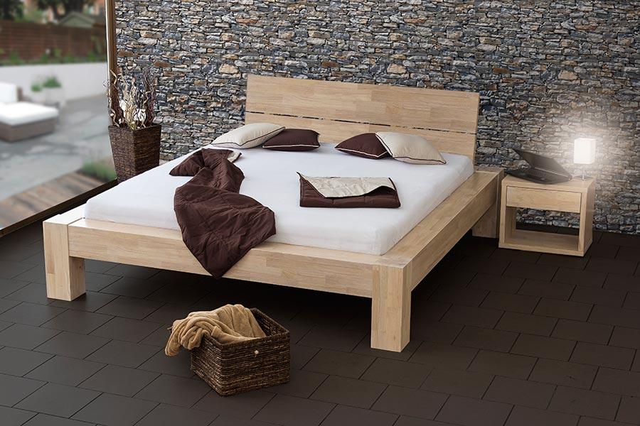 Robustní rám této postele je vyroben z exotického dubu.