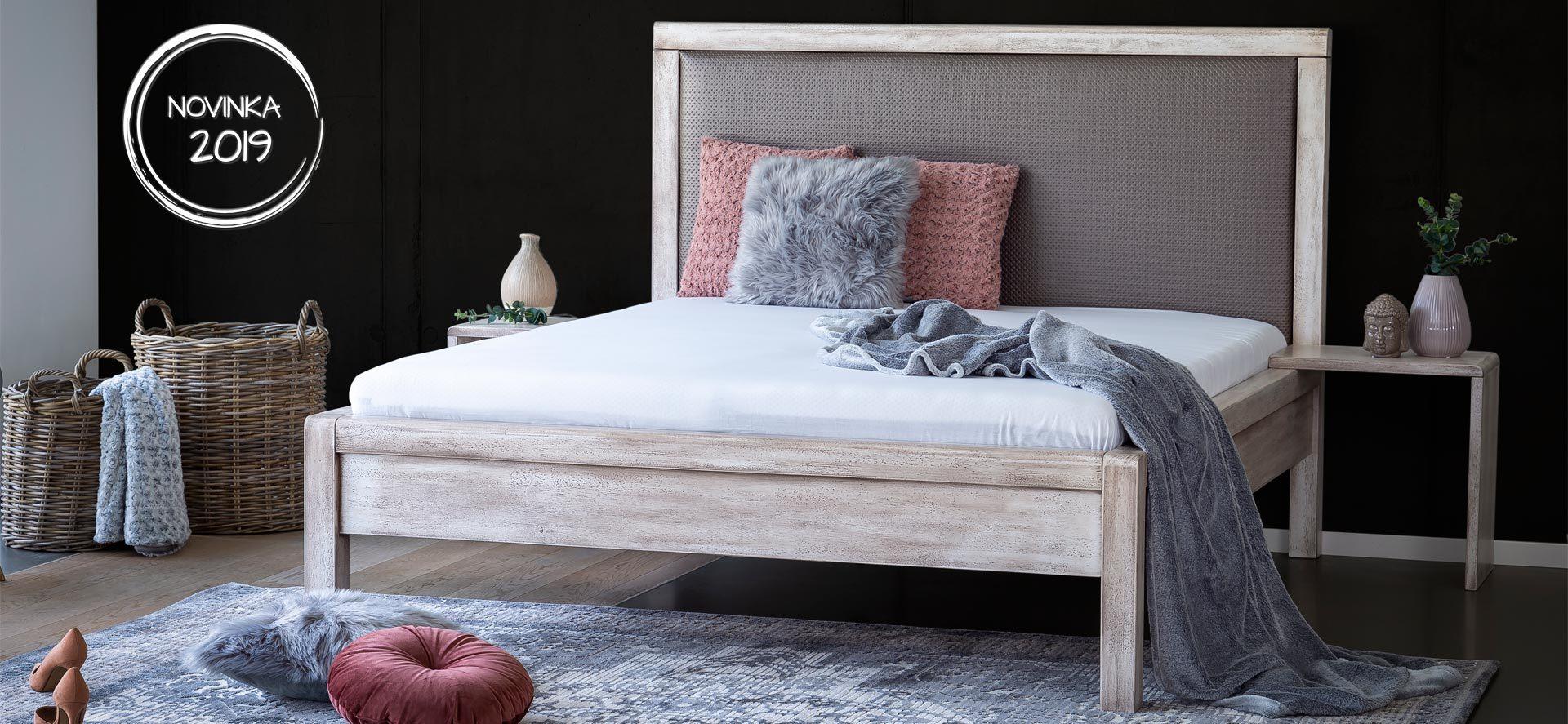 Tato luxusní masivní postel s vysokým čelem je určena pro vysoké matrace. Exklusivní povrchová úprava patinováním je naší luxusní novinkou pro letošní rok.