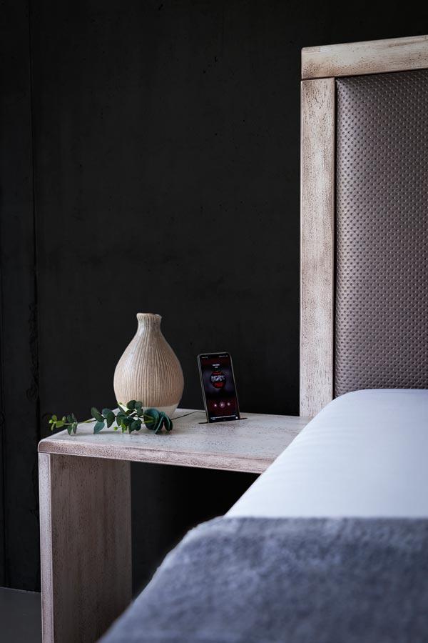 Noční stolky k luxusní posteli MONA jsme doplnili o moderní drážky pro mobilní telefon.