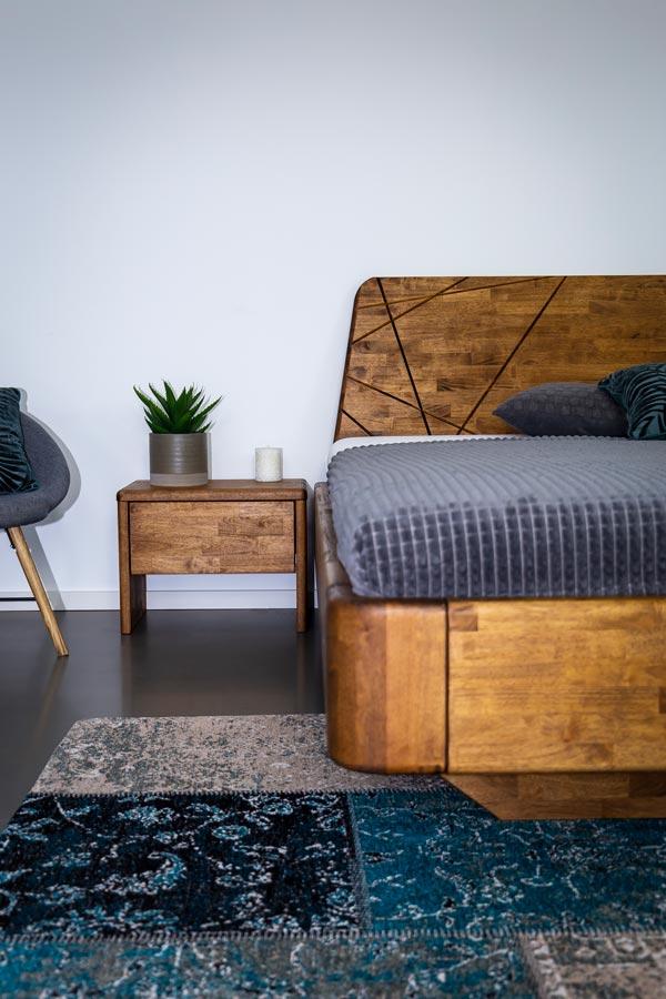 Zaoblené hrany na celém rámu masivní postele a designové drážky jsou nedílnou součástí postele NOE.