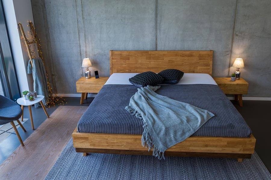 Postel JESSIE pro vás připravili naši designéři do zajímavého retro stylu a doplnili jí o moderní prvky. Materiál použitý k výrobě této postele je exotický malajský dub.