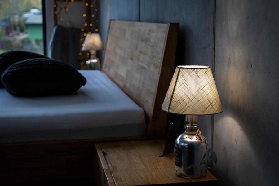 Zajímavým moderním prvkem kromě výrazného retro stylu je u ložnice JESSIE drážka na nočních stolcích. Lze do ní pohodlně postavit mobilní telefon, který se vám nebude na nočním stolku jen tak válet.
