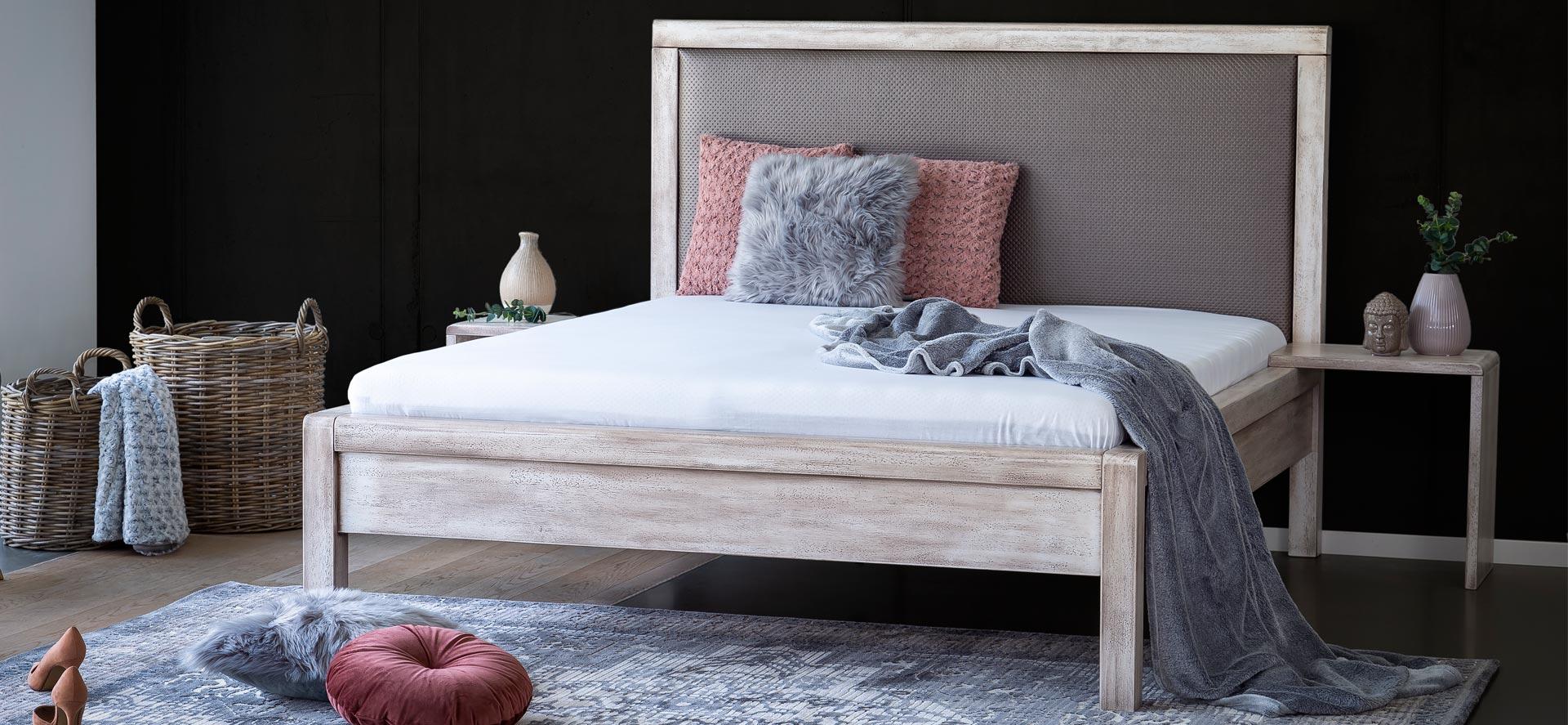 Luxusní masivní postel MONA